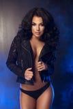 Brunettewoman curvy affascinante Fotografie Stock