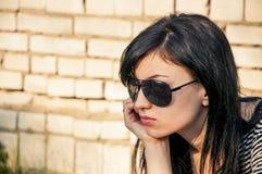 Brunettflicka i svart solglasögon Fotografering för Bildbyråer