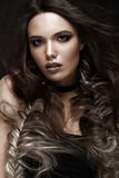 Brunettflicka med idérika flätade trådar för en frisyr och mörkt smink Härlig le flicka Fotografering för Bildbyråer