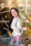Brunettflicka med långt hår med blommor fotografering för bildbyråer