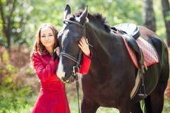 Brunettflicka och häst Fotografering för Bildbyråer
