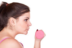 brunettflicka som rymmer rosa vikt ung Royaltyfria Bilder