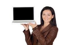 brunettflickabärbar dator Arkivbild