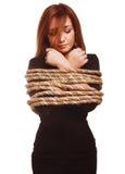 Brunettgisslan, captive kvinna som är destinerad med repet Arkivbild