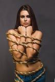 Brunettgisslan, captive kvinna som är destinerad med repfången i jean Royaltyfri Fotografi