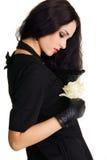 brunettknopp som rymmer den blygsamma nätt rosen vit Royaltyfri Foto