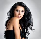 Brunettkvinna med härligt långt hår Royaltyfria Bilder