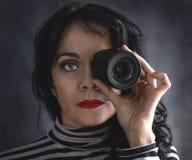 Brunettkvinna med kameralinsen i hennes öga fotografering för bildbyråer