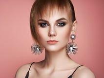 Brunettkvinna med långt skinande slätt hår arkivbilder