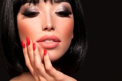 Brunettkvinna med ljus makeup royaltyfri fotografi