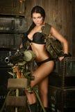 Brunettkvinna med maskingeväret Royaltyfri Bild