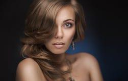 Brunettkvinna med silkeslent hår Royaltyfri Foto