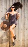 Brunettkvinna på soligt däck Fotografering för Bildbyråer
