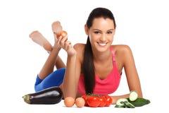 Brunettkvinna som poserar med sunda grönsaker Royaltyfri Foto