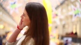 Brunettkvinna som talar på mobiltelefonen arkivfilmer