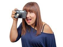 Brunettkvinna som tar den isolerade fototappningreflexet Royaltyfri Foto