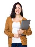 Brunettkvinnahåll med bärbar datordatoren Royaltyfri Bild