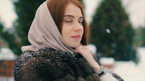 Brunettkvinnan som går i snö, parkerar bland ultrarapid för julträd arkivfilmer
