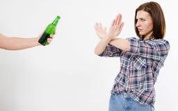 Brunettkvinnan vägrade alkoholdrinken som isolerades på vit bakgrund, anti-alkoholbegrepp av den sunda livsstilen, sunt äta och i arkivbilder