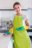 Brunettlokalvård i köket Arkivbilder