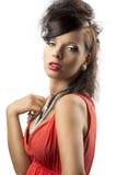 brunettmodelinsen ser ståenden till Royaltyfri Fotografi