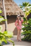 Brunettmodellen poserar i en tropisk semesterort Arkivbild