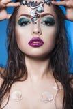 Brunettsjöjungfrukvinna med idérikt smink och smycken på hennes våta hairstyled huvud Arkivbilder