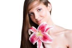 Brunettskönhet med den färgrika blomman. Fotografering för Bildbyråer