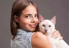 Brunettskönhet med katten royaltyfri foto