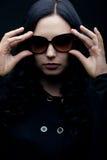 brunettsolglasögonslitage Arkivbild