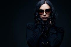 brunettsolglasögonslitage Arkivfoto