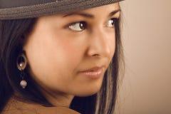 brunettstående Arkivfoto