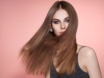 Brunhårig kvinna med långt slätt hår royaltyfri fotografi