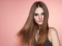 Brunhårig kvinna med långt slätt hår royaltyfri bild