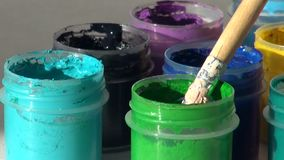 brunhilda Ακρυλικό χρώμα γκουας Εργασία, οι εργασίες καλλιτεχνών απόθεμα βίντεο