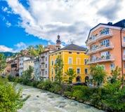 Brunico Bruneck en el río de Trentino Alto Adige - de Italia Rienza foto de archivo libre de regalías