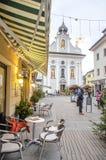 Brunico, Italie, le 14 décembre 2014 : Chaises d'un Bistro avec le churc Photo stock
