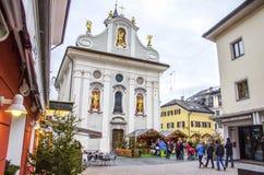 Brunico Italien, 14 December 2014: julmarknader i centren Royaltyfri Bild