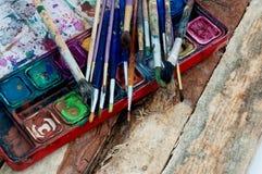 Brunn använda målarepalett och borstar Fotografering för Bildbyråer