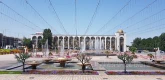 Brunn-dekorerad central fyrkant av Bishkek, huvudstad av Kirgizistan arkivfoton