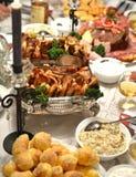 Brunn dekorerad tabell med lyxmat Royaltyfria Bilder