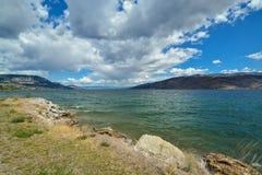 Brunn-hedrad sikt av den härliga Okanagan sjön arkivbilder