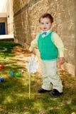 Brunn klädd pojkepåsk arkivfoto