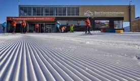 Brunnach滑雪场,圣奥斯瓦尔德,克恩顿州,奥地利- 2019年1月20日:夺取了与一些的入口Brunnach上面滑雪驻地 免版税库存图片