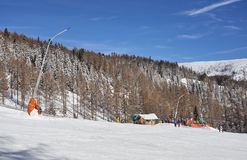 Brunnach滑雪场,圣奥斯瓦尔德,克恩顿州,奥地利- 2019年1月20日:在倾斜的一辆滑雪电缆车与前面的滑雪者和 库存图片
