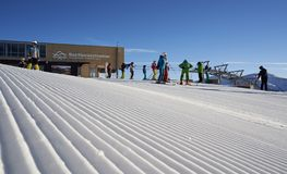 Brunnach ośrodek narciarski, St Oswald, Carinthia Austria, Styczeń, - 20, 2019: Chwytał Brunnach wierzchołka narty stację z niekt zdjęcia stock
