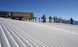 Brunnach Ski Resort, St Oswald, Carinthia, Áustria - 20 de janeiro de 2019: Capturou a estação do esqui da parte superior de Brun fotos de stock