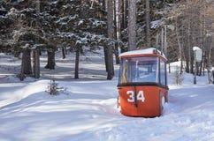 Brunnach Ski Resort, St Oswald, Carinthia, Áustria - 20 de janeiro de 2019: Capturou uma gôndola velha do vintage de 40 anos do N foto de stock royalty free
