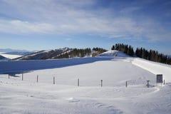 Brunnach Ski Resort, St Oswald, Carinthia, Áustria - 20 de janeiro de 2019: Vista às reservas de água ajardinadas no esqui de Bru imagens de stock