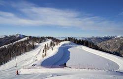 Brunnach Ski Resort, St Oswald, Carinthia, Áustria - 20 de janeiro de 2019: Vista da estação superior Brunnach à água ajardinada imagens de stock